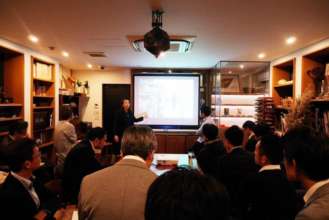 調査の際の写真をあげ、本場ロンドンのストリートマーケットの魅力を語る鈴木さん