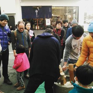 西原糸店前での新年のモチツク(久留米市)