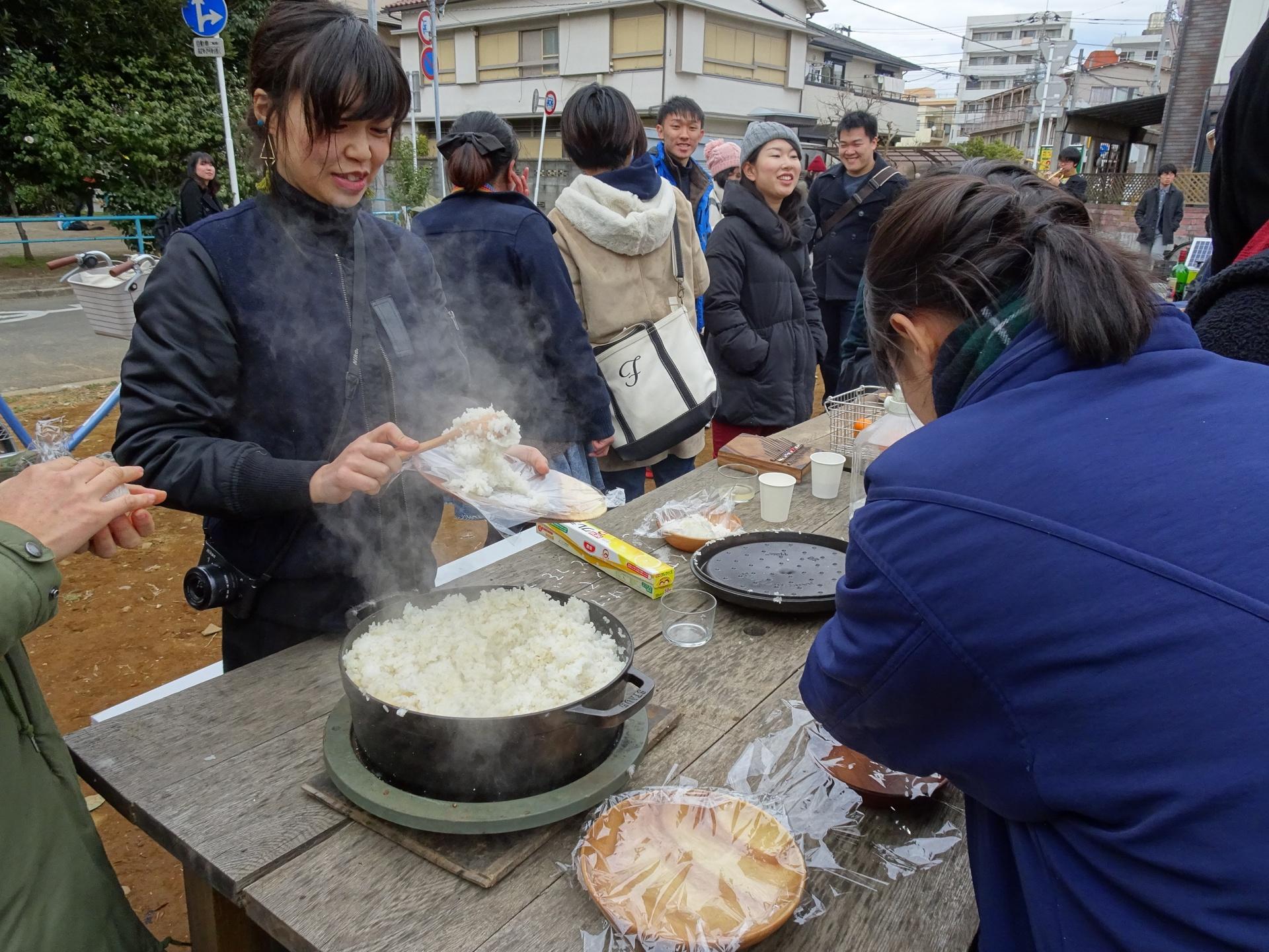 炊きたてのご飯で参加者自身がおにぎりを握る