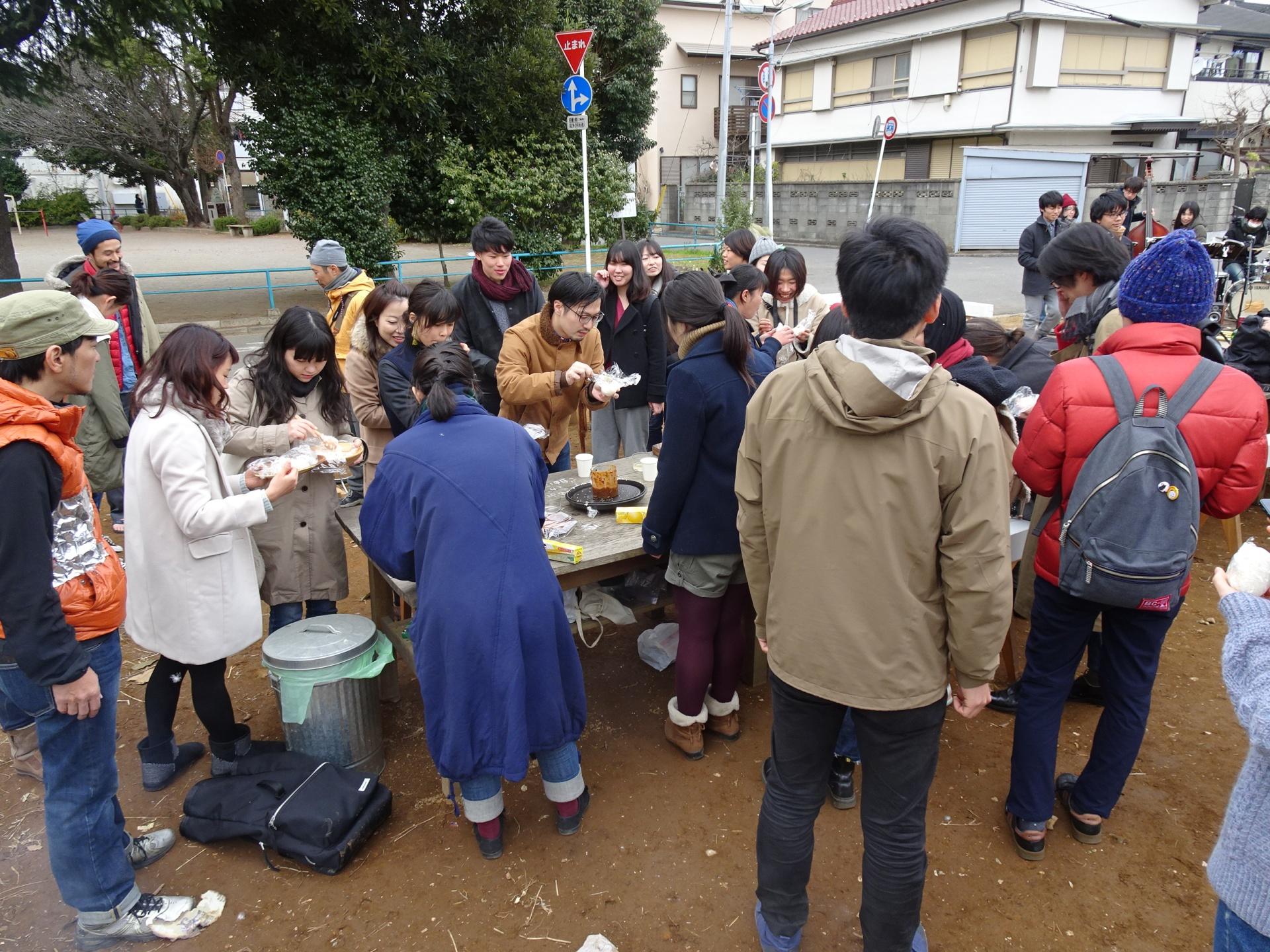 炊きたてのお米を食べに集まる人々