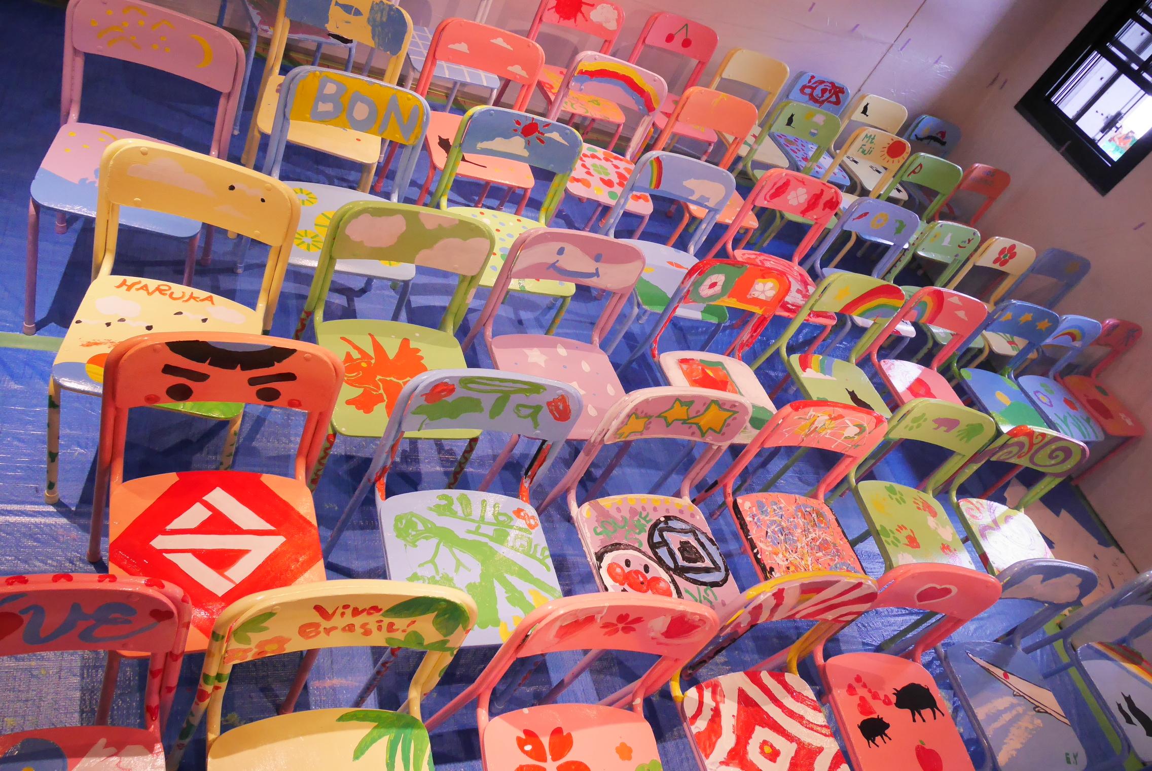 次々と完成した椅子が!思い思いに描かれた椅子は見事なアート作品に!