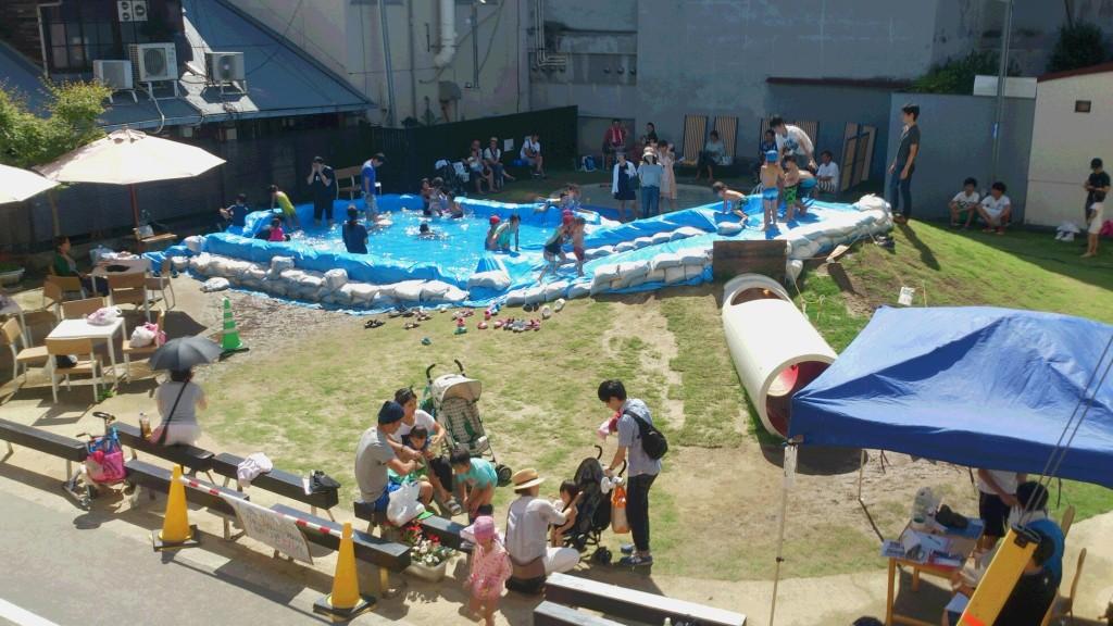 アーバンデザインスクールで学生が企画・実現した「土嚢プール」イベント
