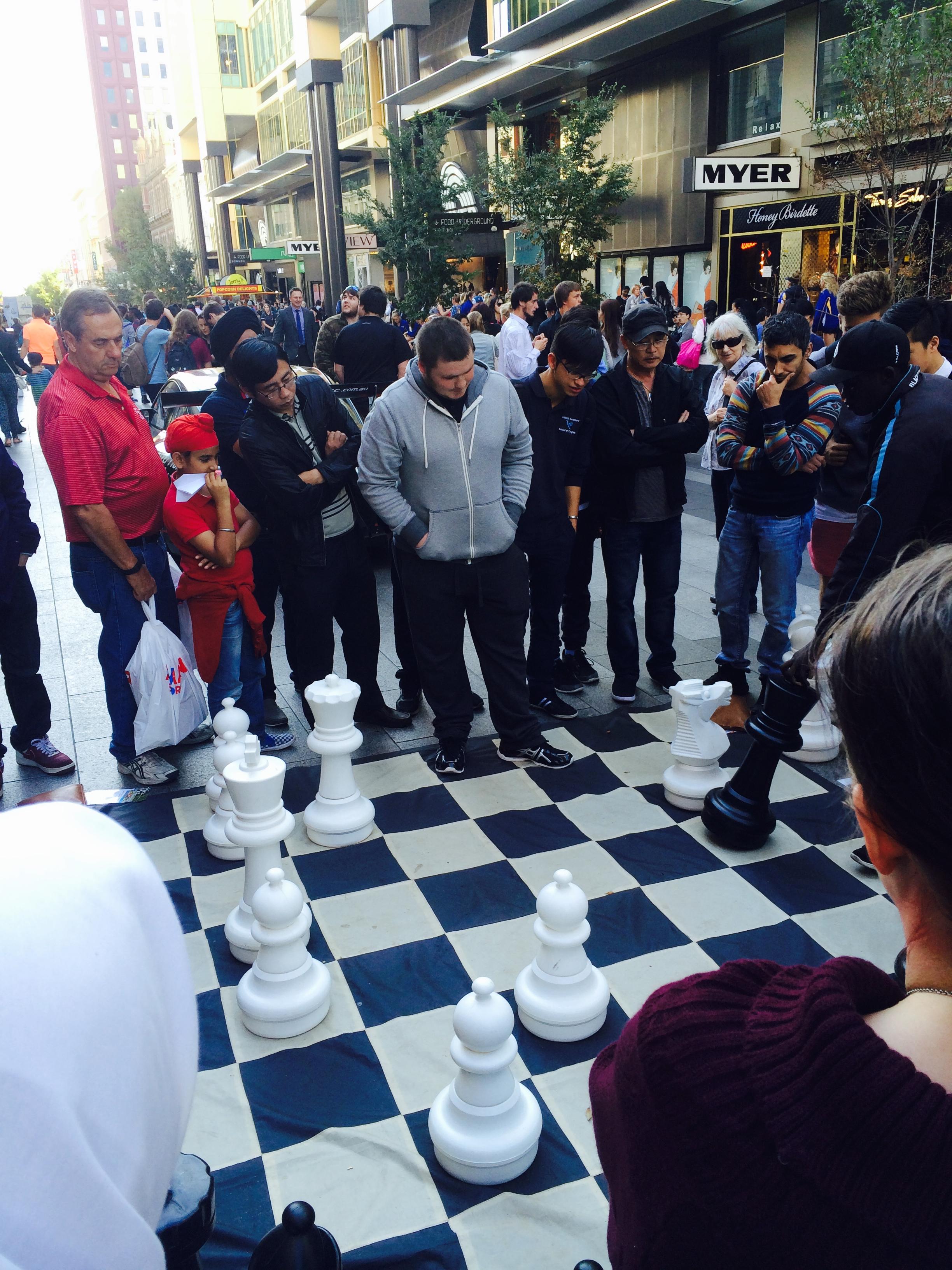 チェスの勝負に見入る人々。