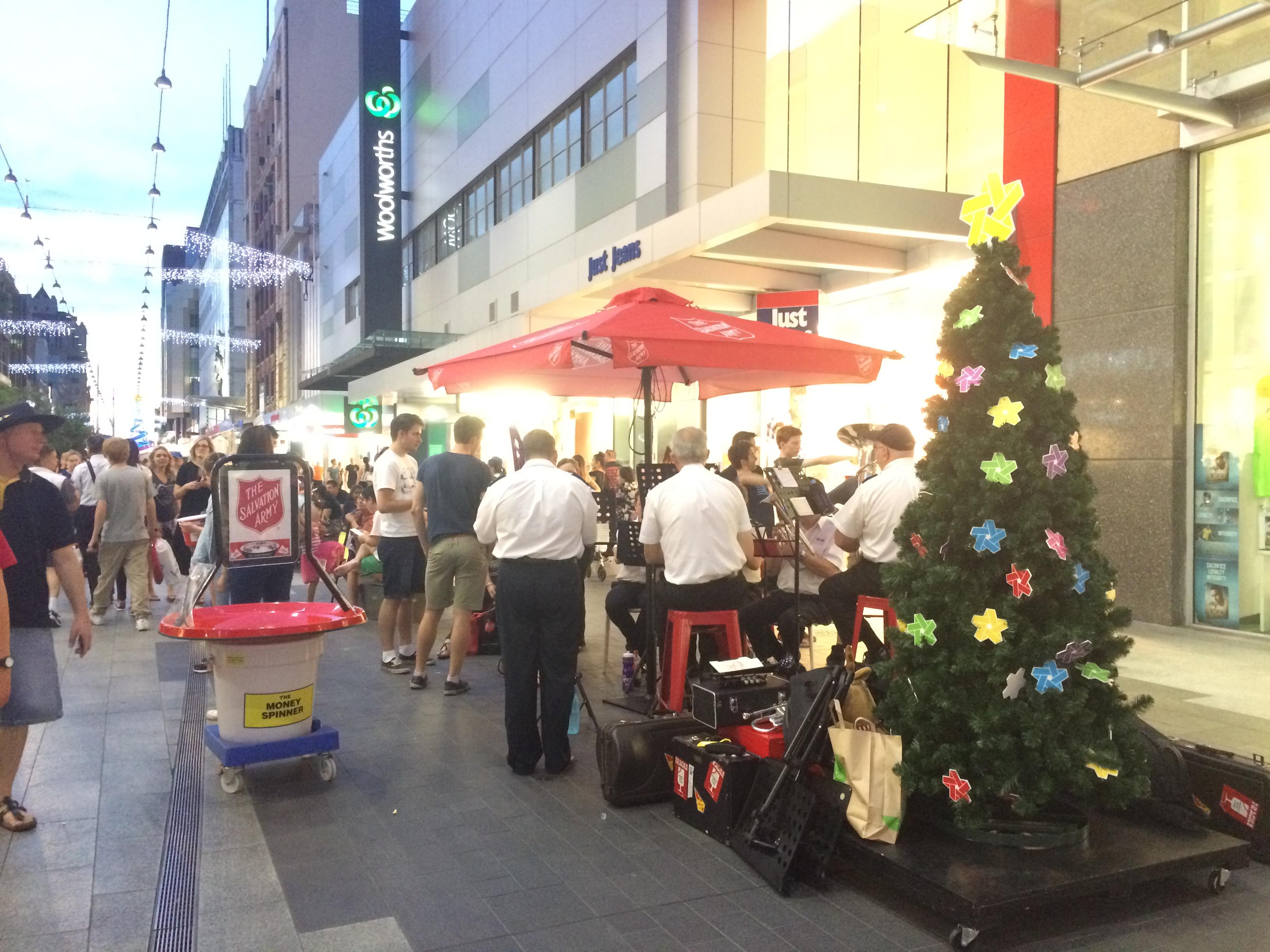 クリスマスシーズンに楽器で本格的なクリスマスソングを演奏するチャリティー団体。