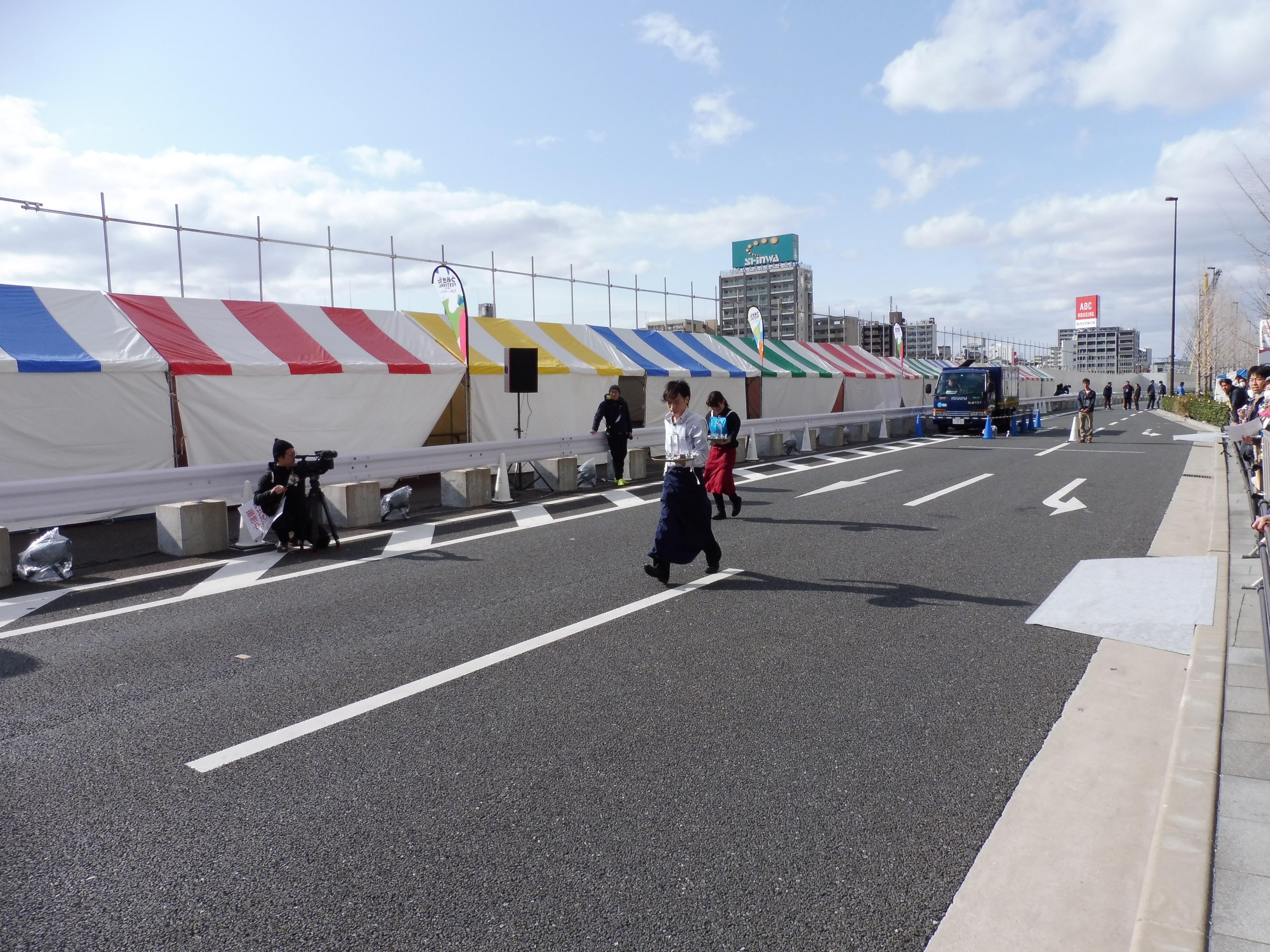 グランフロント大阪の飲食店の従業員が軽やかなサーブを競う「ウェイターズレース」。