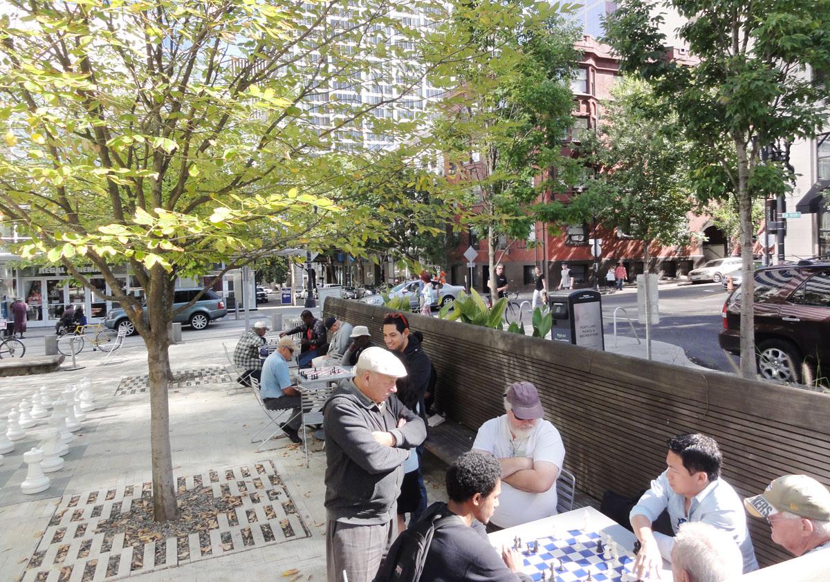 公園にチェス台があるだけで小さなコミュニティができあがる(Photo by Mayuko Mitani)