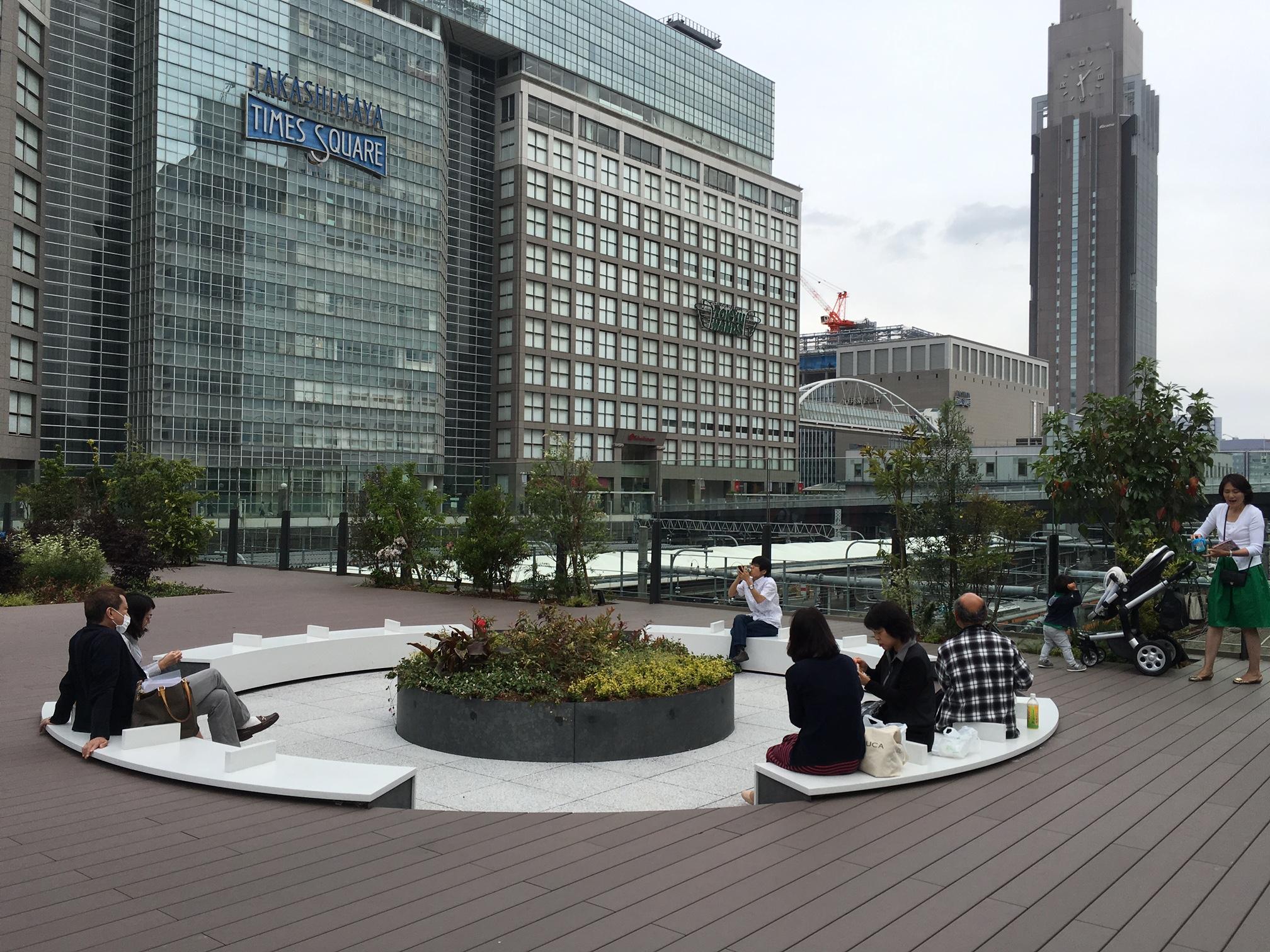 バスターミナルのルーフトップにある広場(新宿)