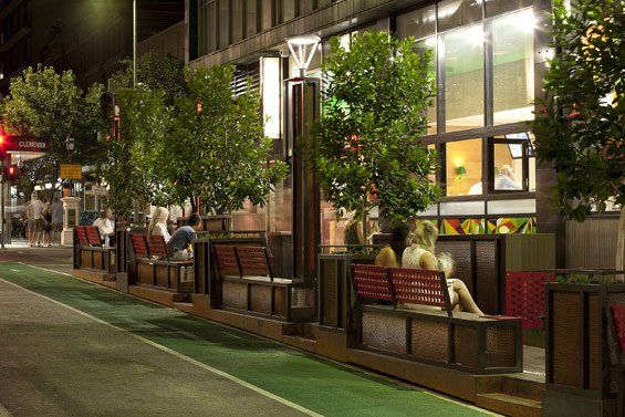 歩道・車道両側に設けられた出入り口のおかげで、自由に道路を横断できる。(photo by WORLD LANDSCAPE ARCHITECTURE http://worldlandscapearchitect.com/the-bank-street-parklet-project-adelaide-australia-taylor-cullity-lethlean/#.V2e9JSOLRhE)
