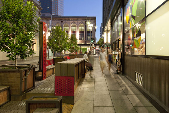 同じデザインの2つのパークレットが道の景観も作り出す。(photo by WORLD LANDSCAPE ARCHITECTURE http://worldlandscapearchitect.com/the-bank-street-parklet-project-adelaide-australia-taylor-cullity-lethlean/#.V2e9JSOLRhE)