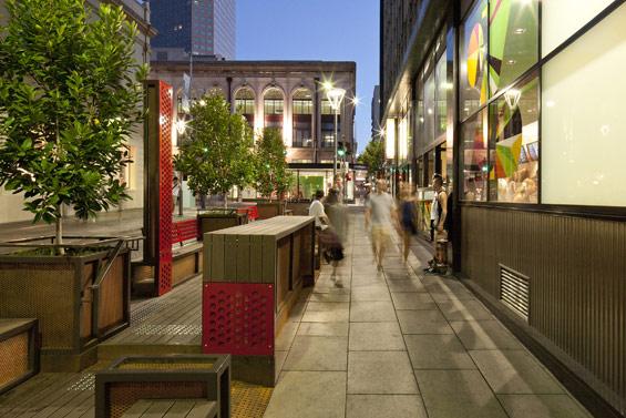 同じデザインの2つのパークレットが道の景観も作り出す。(photo by WORLD LANDSCAPE ARCHITECTURE http://worldlandscapearchitect.com/the-bank-street-parklet-project-adelaide-australia-taylor-cullity-lethlean/#.V2e9JSOLRhE)