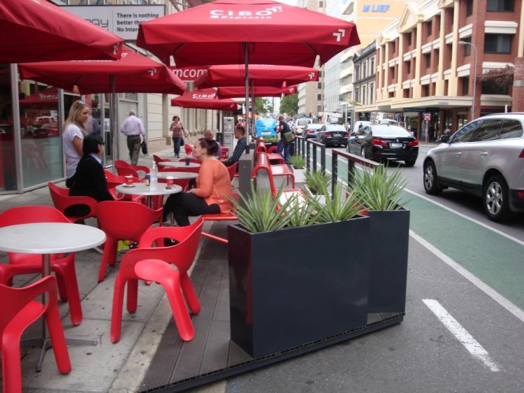 パークレット上(黒い部分)と歩道上(白い部分)を使い、一体的な歩行者空間を作り出している。(Cibo Pirie Street)(photo by Adelaide City Council http://www.adelaidecitycouncil.com/city-business/business-responsibilities/permits-licences-for-business/parklets/gallery-3/)