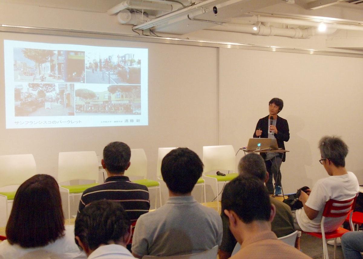 工学院大学の遠藤さんのプレゼンテーション。「パークレット普及の動きは、道路を人にとって居心地のいい場所にかえていこうという問いの共有である」