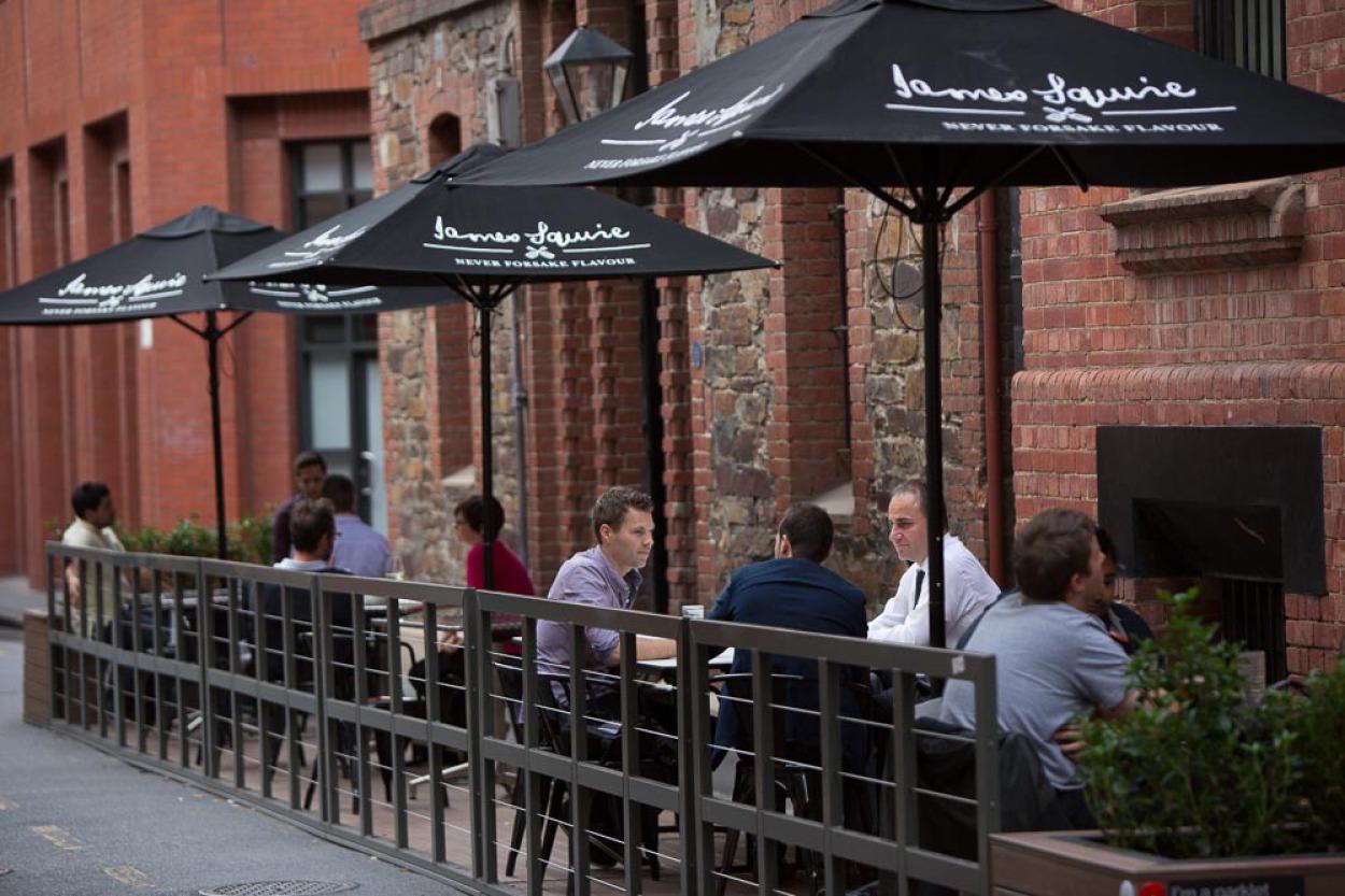 食事を楽しむレストラン前のパークレットでは、3人以上のグループ客の利用が最も多い。(The Historian Hotel)(photo by Adelaide City Council http://www.adelaidecitycouncil.com/city-business/business-responsibilities/permits-licences-for-business/parklets/gallery-3/)