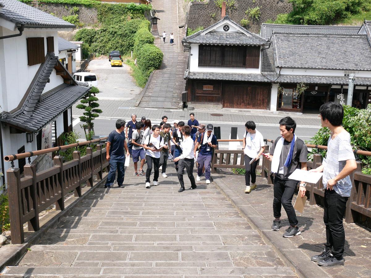 「谷のまち」(商町家が並ぶ道)を挟んで高台へと続く坂道 photo by Rui IZUMIYAMA