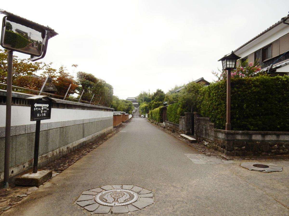 高台には、石畳の側溝と道を挟み、塀が高く、敷地は広い武家屋敷が残る。 photo by Suzuna MIKURINO