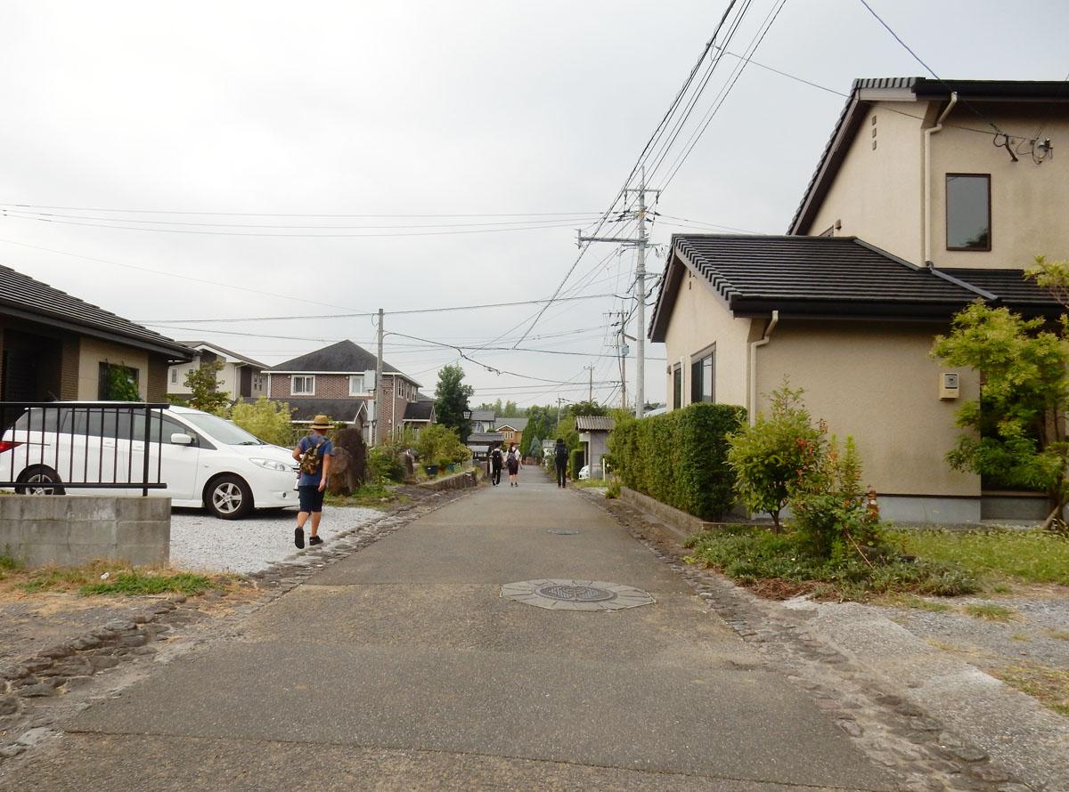 高台を奥に進むとには、空き地・空き家も増え、そこに新たな地割された新興住宅が立ち並ぶ。石畳の側溝と道は残っているものの、塀の有無も不揃いで、武家屋敷の町並みの姿は薄れていた。 photo by Suzuna MIKURINO