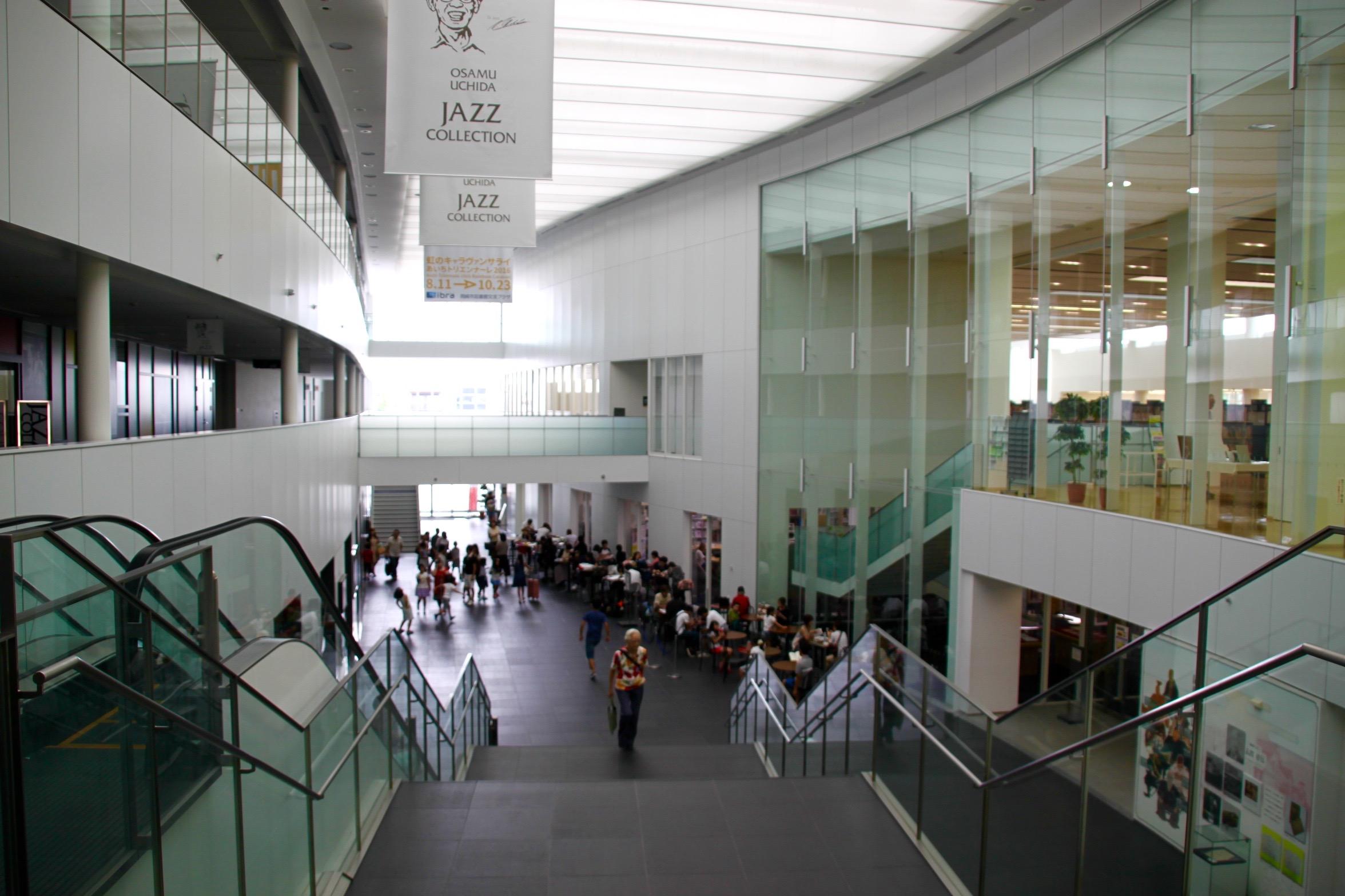 多くの市民に利用されている岡崎市図書館交流プラザ・リブラ Photo by 遠藤翼