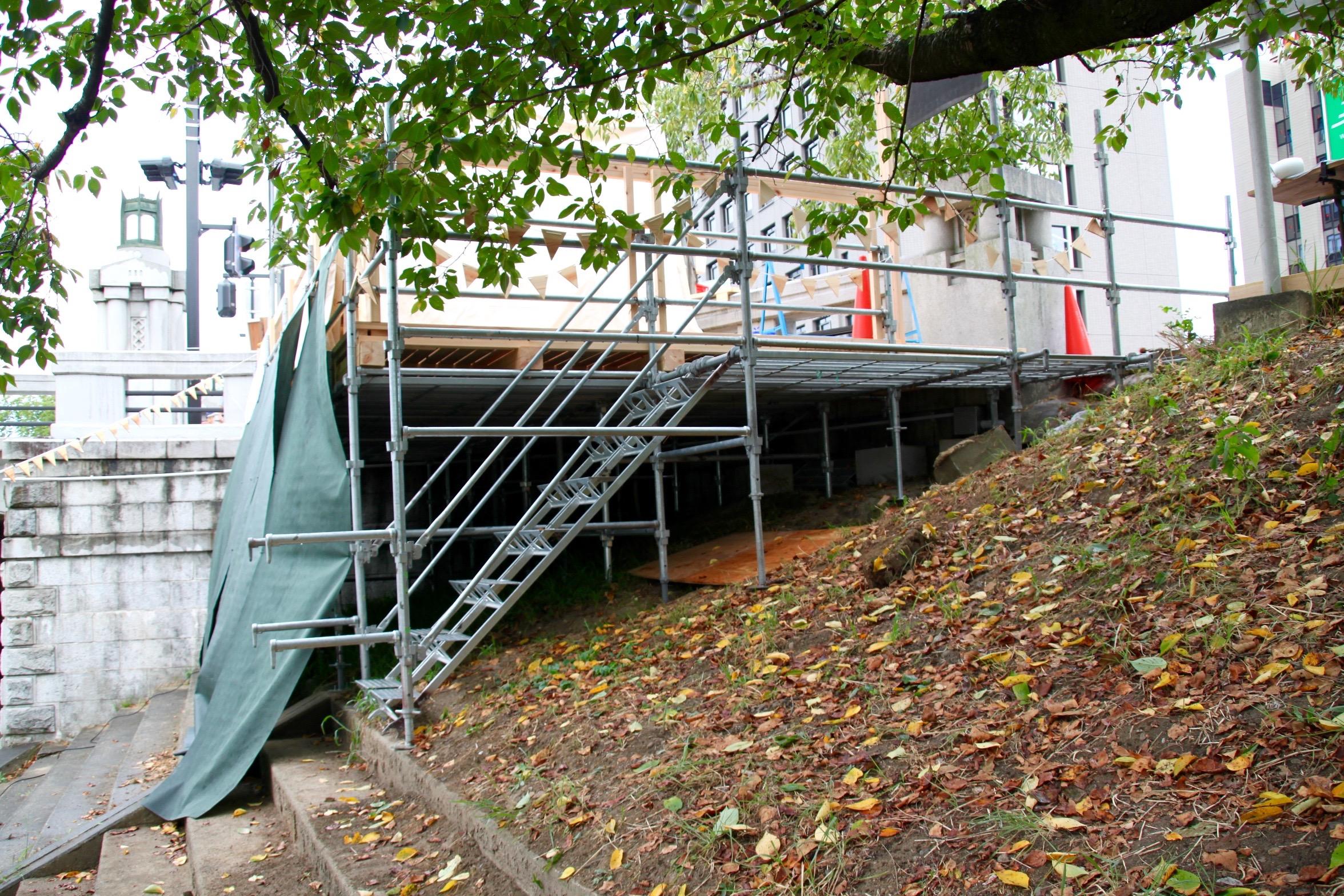 一番左の足場をコンクリート製の階段と連結させ基礎代わりにしている Photo by 遠藤翼