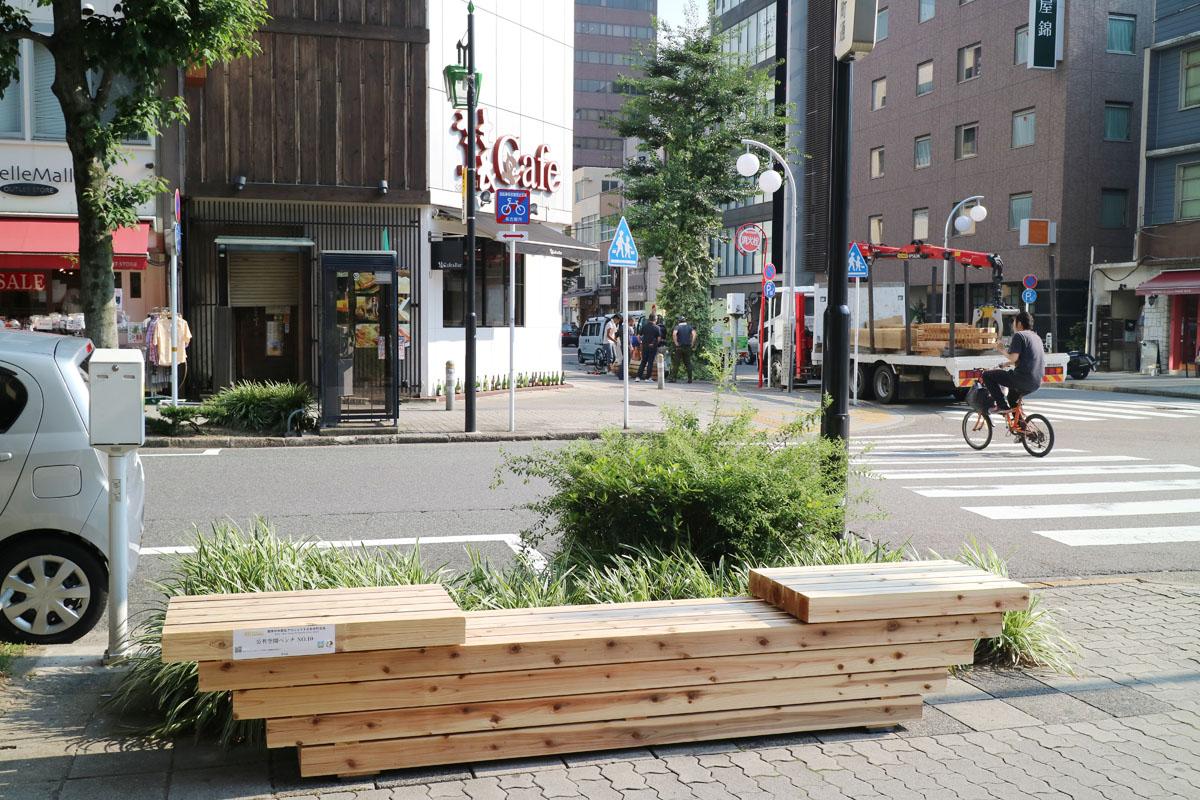 設置した公共空間ベンチは10基。木材を使用し、1基ずつ異なるデザインにしています。