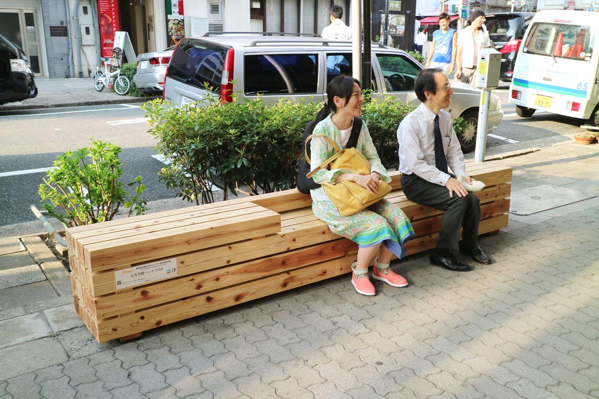 渡邉さんが参加する錦二丁目のまちづくり活動のレポート記事。まちの人と一緒に木製ベンチを設置しました。