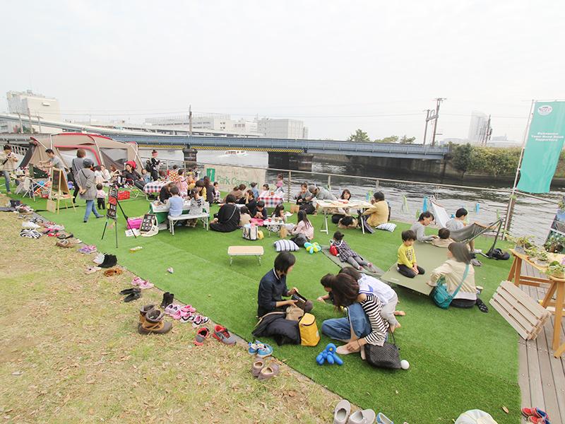 荒井さんが地元の公園を会場に企画した「パークキャラバン」のレポート記事。