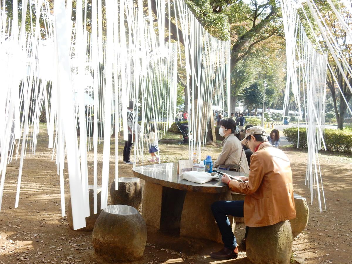 「秋時雨」の中で休憩する人々。風の存在も可視化され、ソトの魅力を最大限に生かしていました