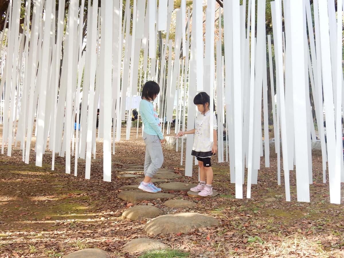 子供は空間使いこなしの天才です。飛び石の道を使いながら、ゲームを始める子供たち