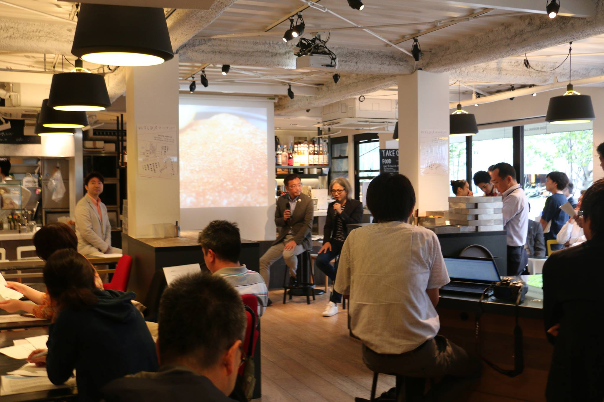 22日15時半からは、グッドモーニングカフェ&グリル虎ノ門において、『2020年東京オリンピック・パラリンピックを活用した地域活性化推進首長連合』の國定会長らによる地方創生に向けた無料のトークセッションも開催。