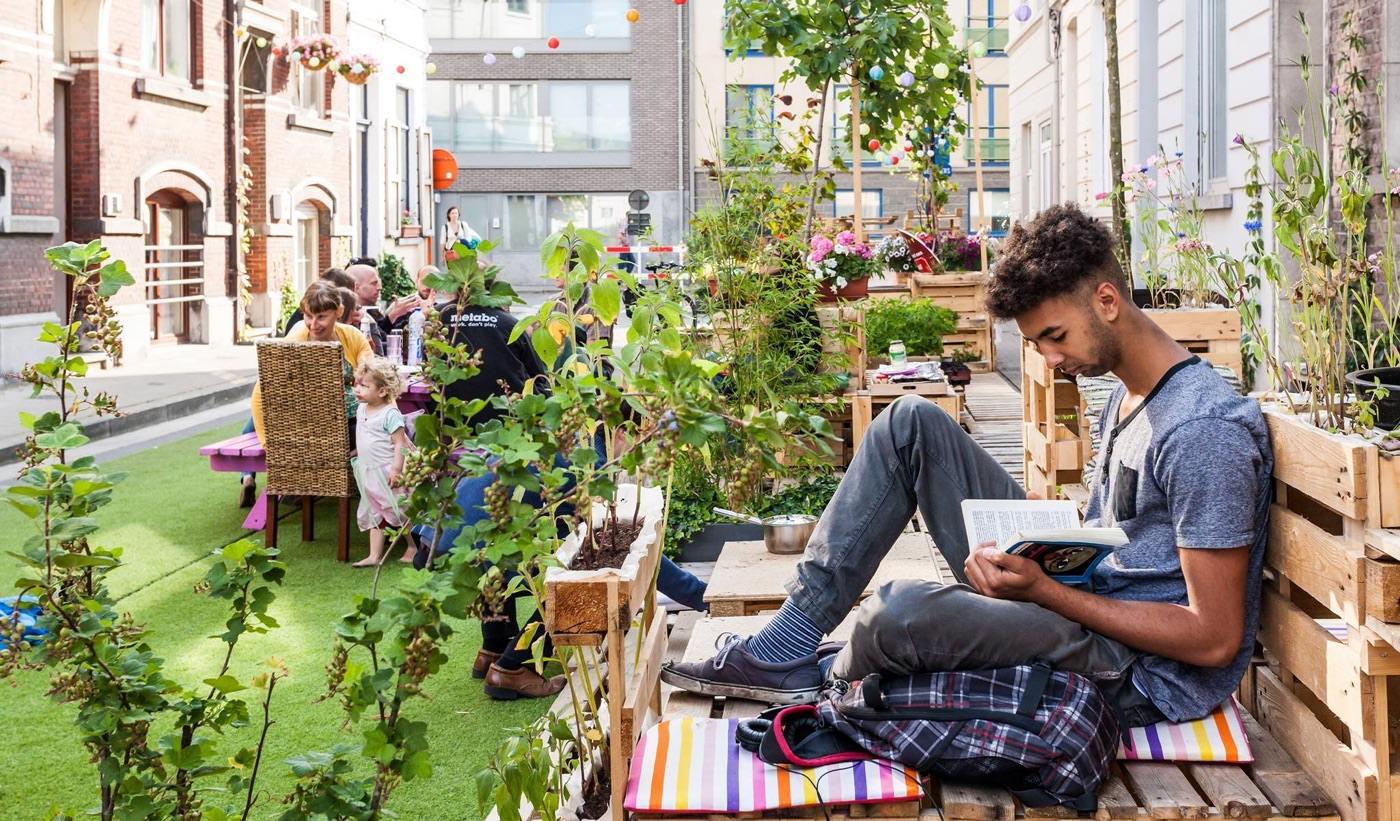 こちらはベルギー・ヘントでの住民参加で住宅地の道路を居場所に変える社会実験。多くシェアされた人気記事です。