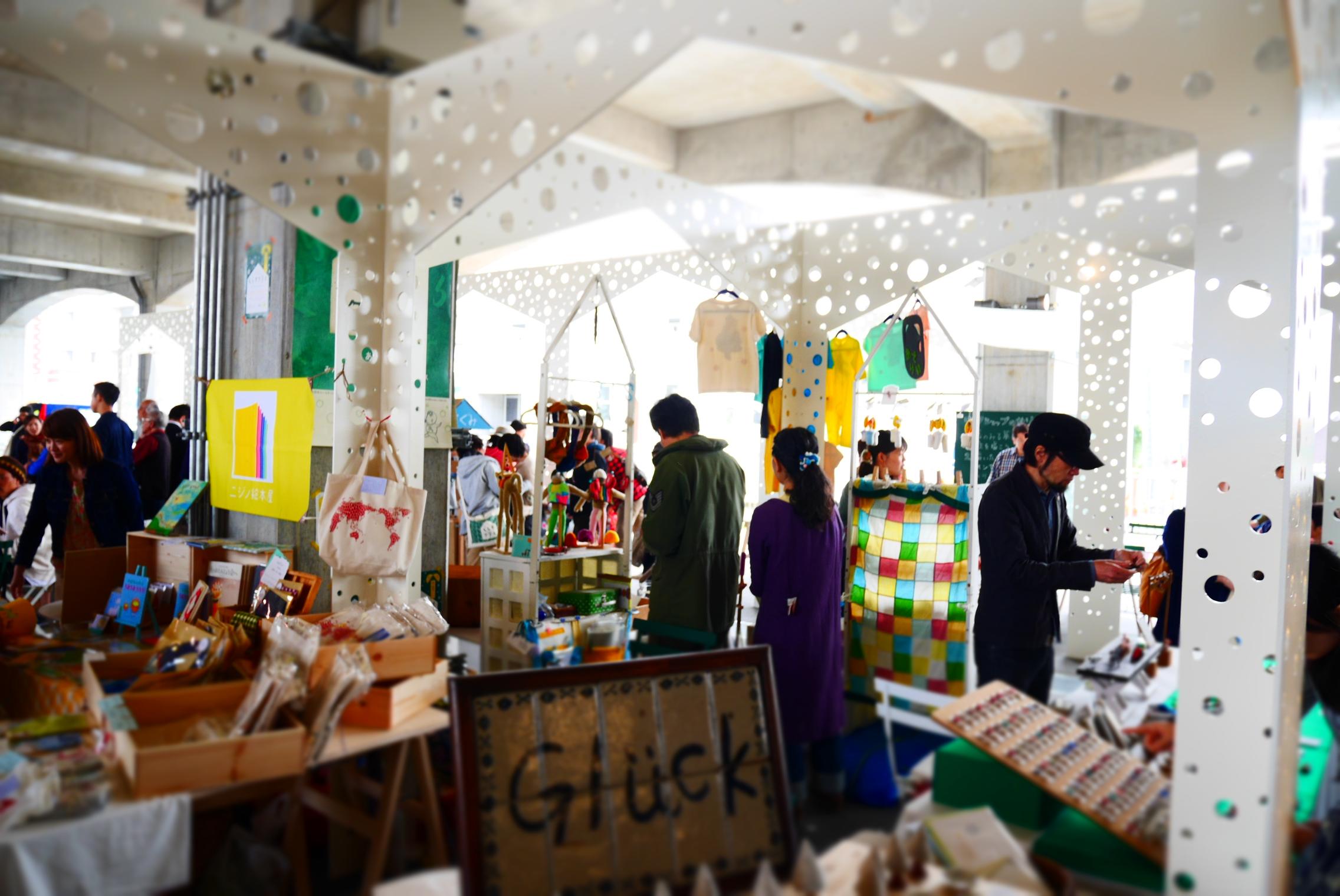 4月のオープン時 に開催した「くらす市」のようす photo by ShihonaARAI