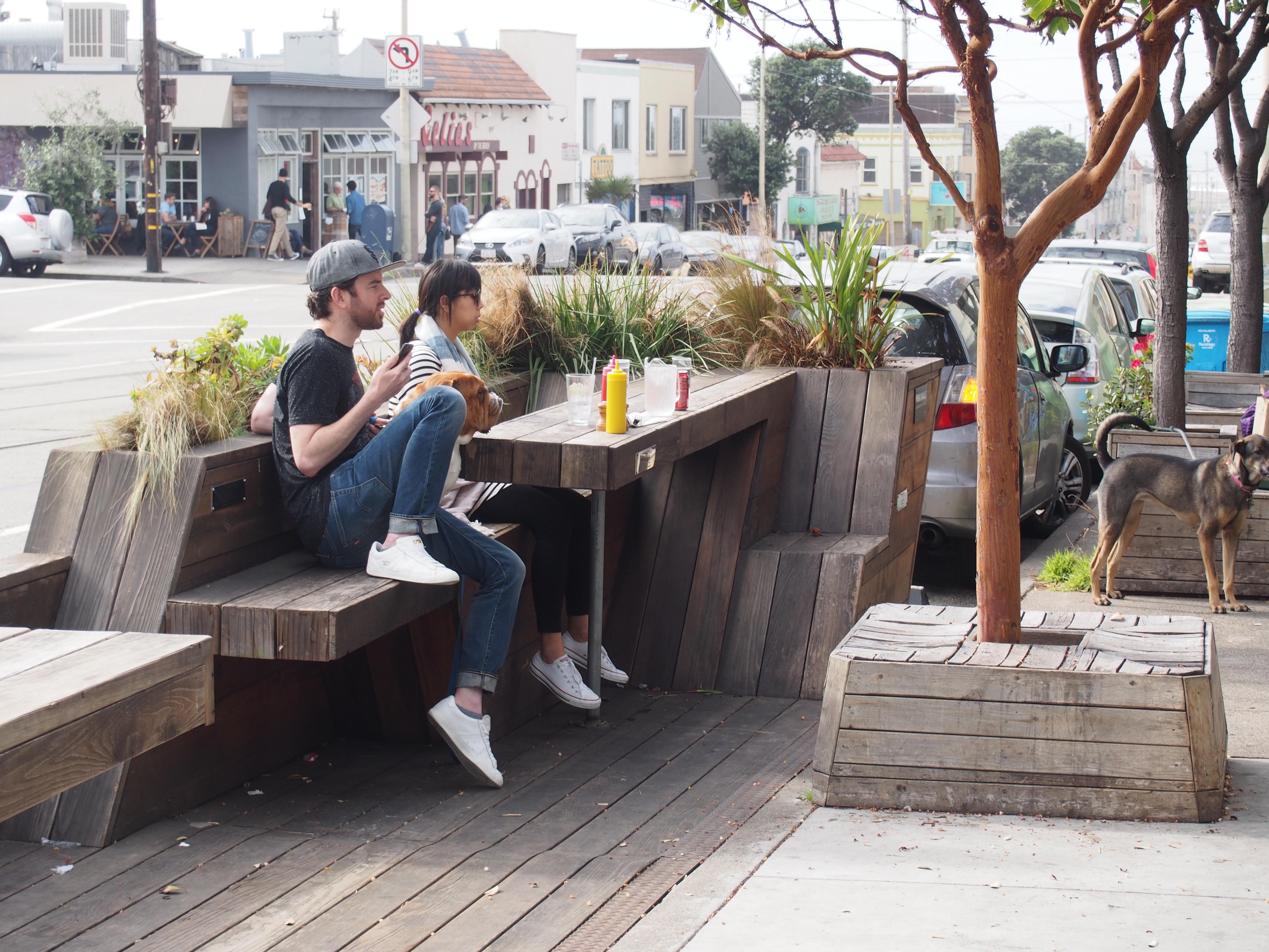 テイクアウトのランチをパークレットで楽しむ人たち。