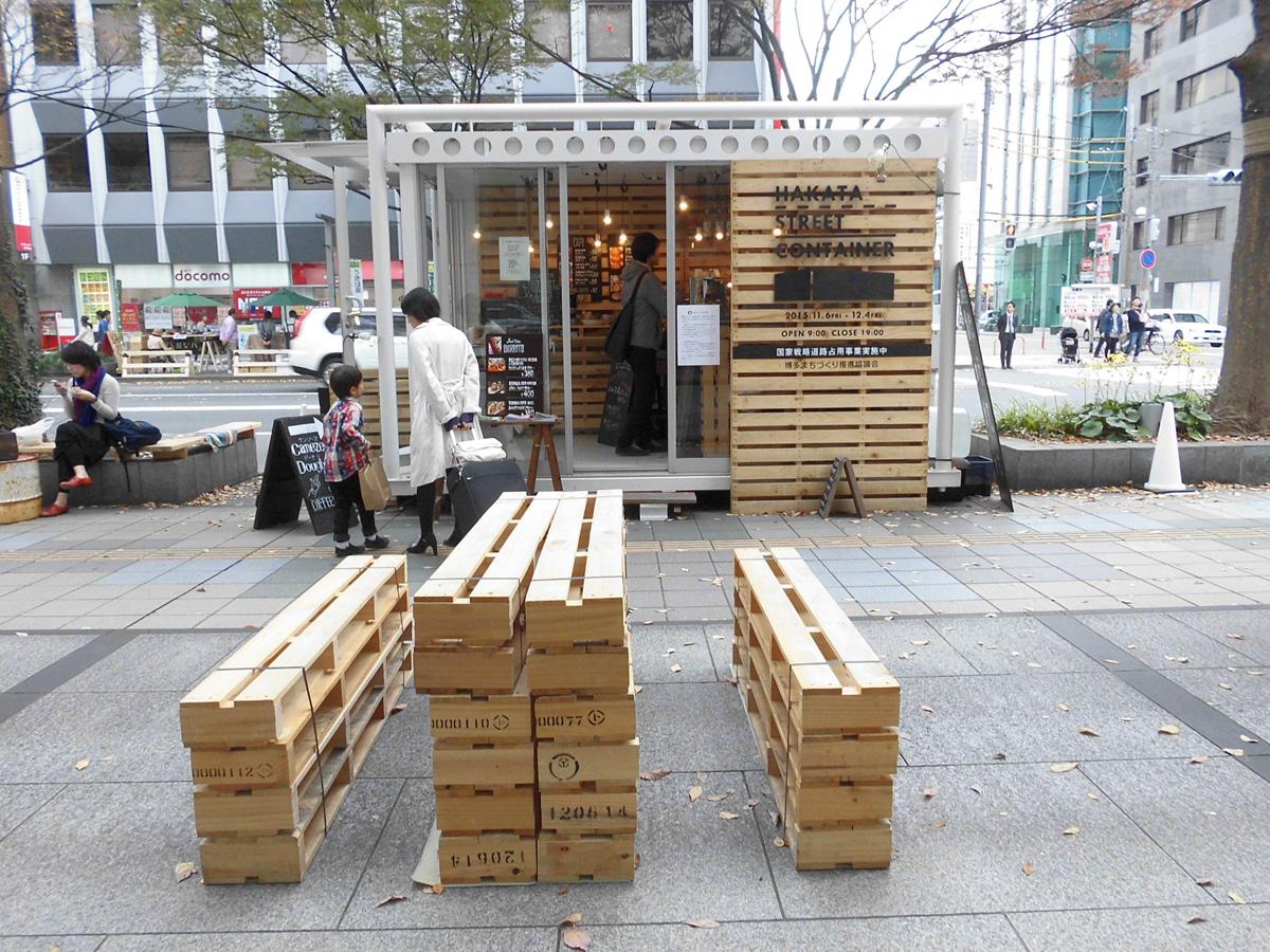 下野さんのデピュー記事、博多の国家戦略特区道路占用事業の目玉企画、ストリートコンテナショップのレポートです。まちの利用者としての目線から、丁寧に描かれています。
