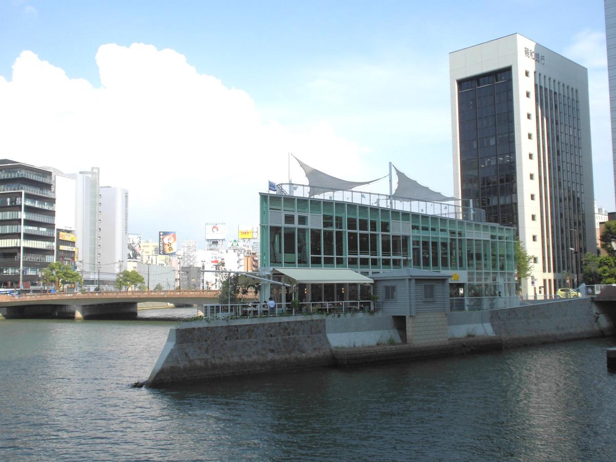 天神地区の都市開発プロジェクト第1弾、福岡水上公園のリニューアル事業。屋上デッキでピクニックを開催するなど、使いこなしも含めてのレポートです。