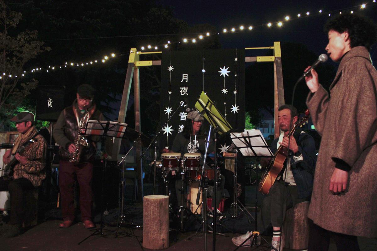 夜を照らす綺麗な装飾と、ボサノバを演奏するバンド。ボーカル、ギター、ベース、サックス、パーカッションの5人編成で、素敵な歌声とリズムを奏でます