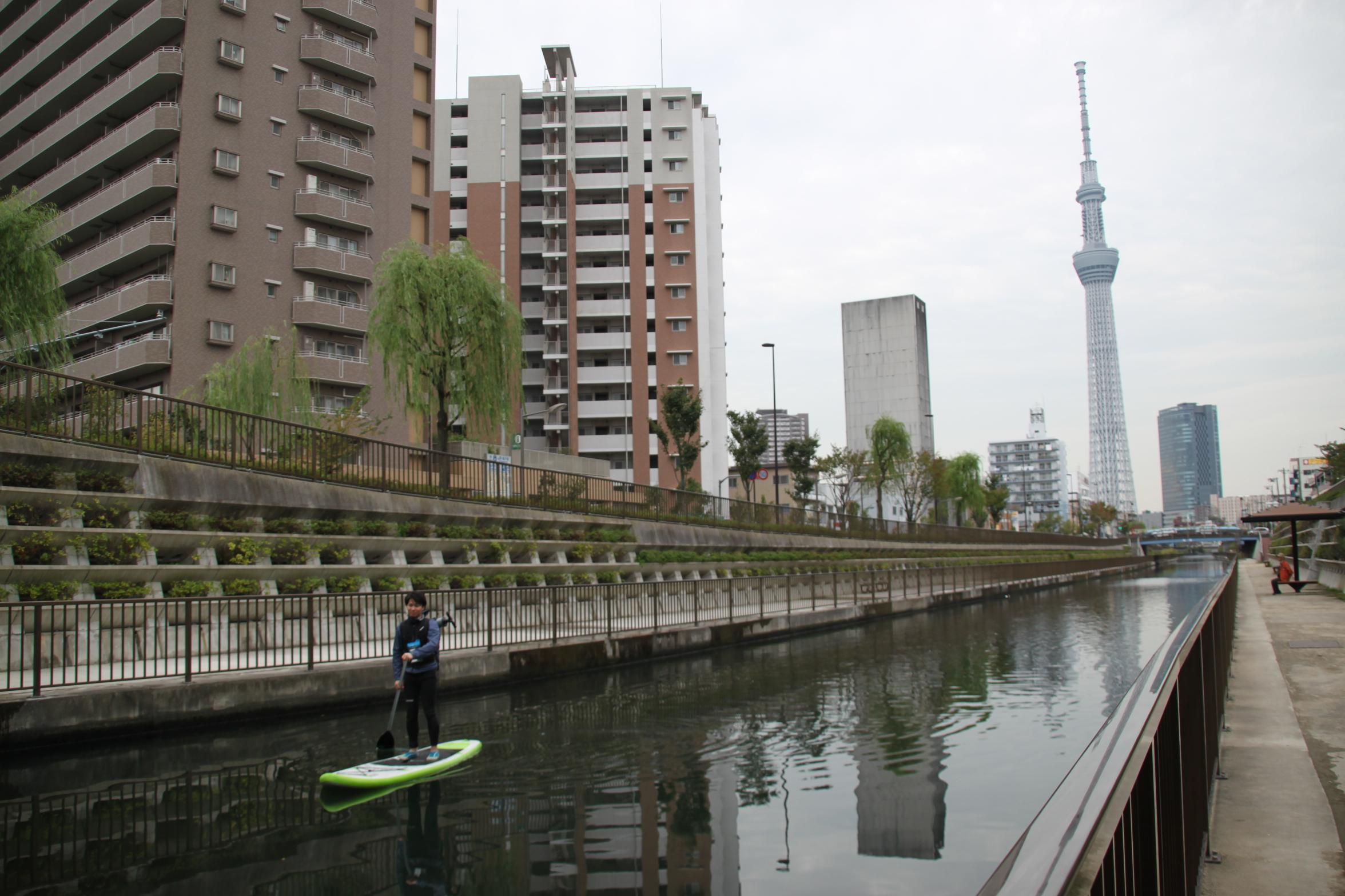 ここまで転落防止柵が連続していると心理的にも近づきがたくなる水面。