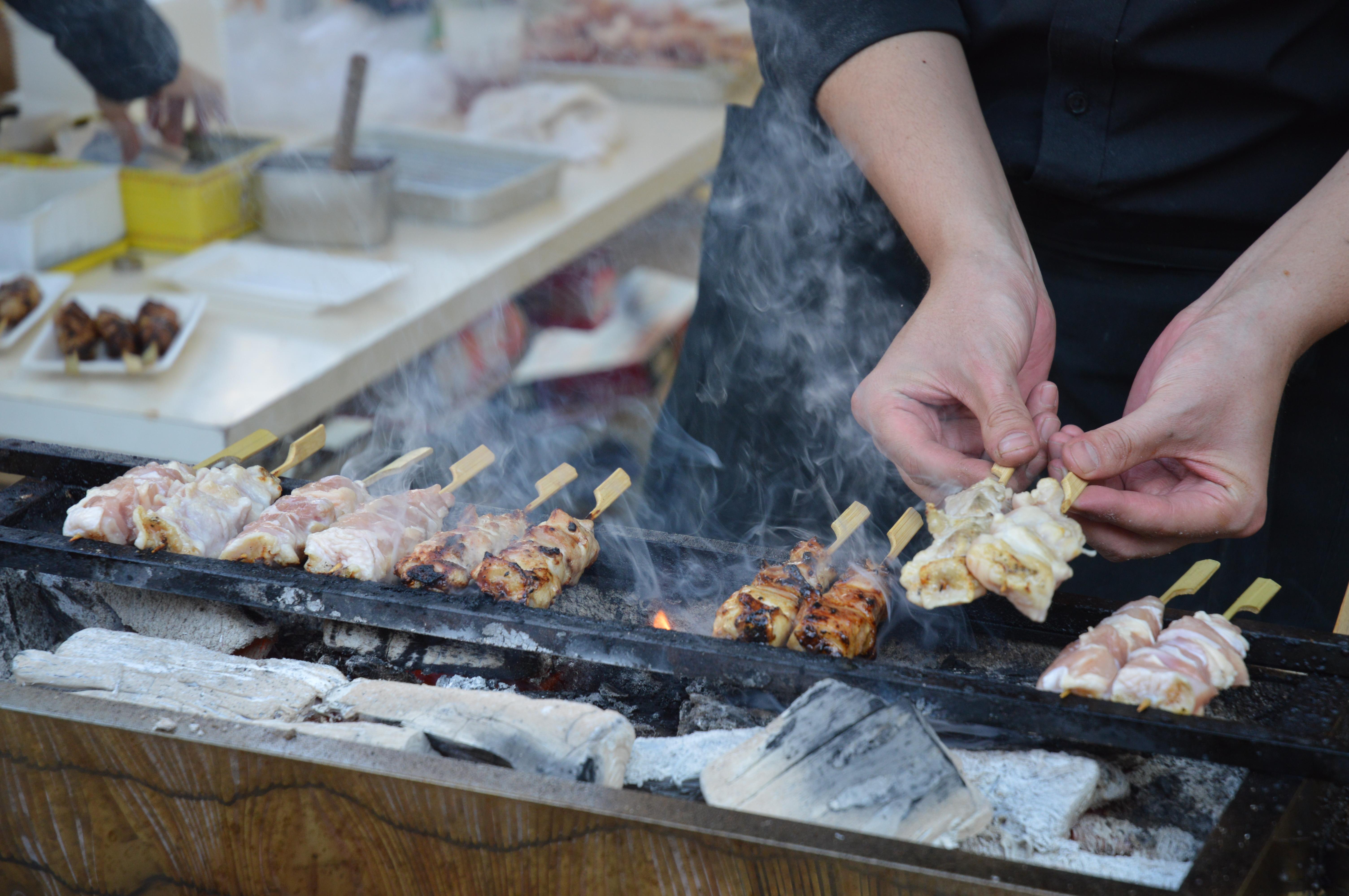 できたての串焼きも。やっぱりソトで食べるとおいしい!