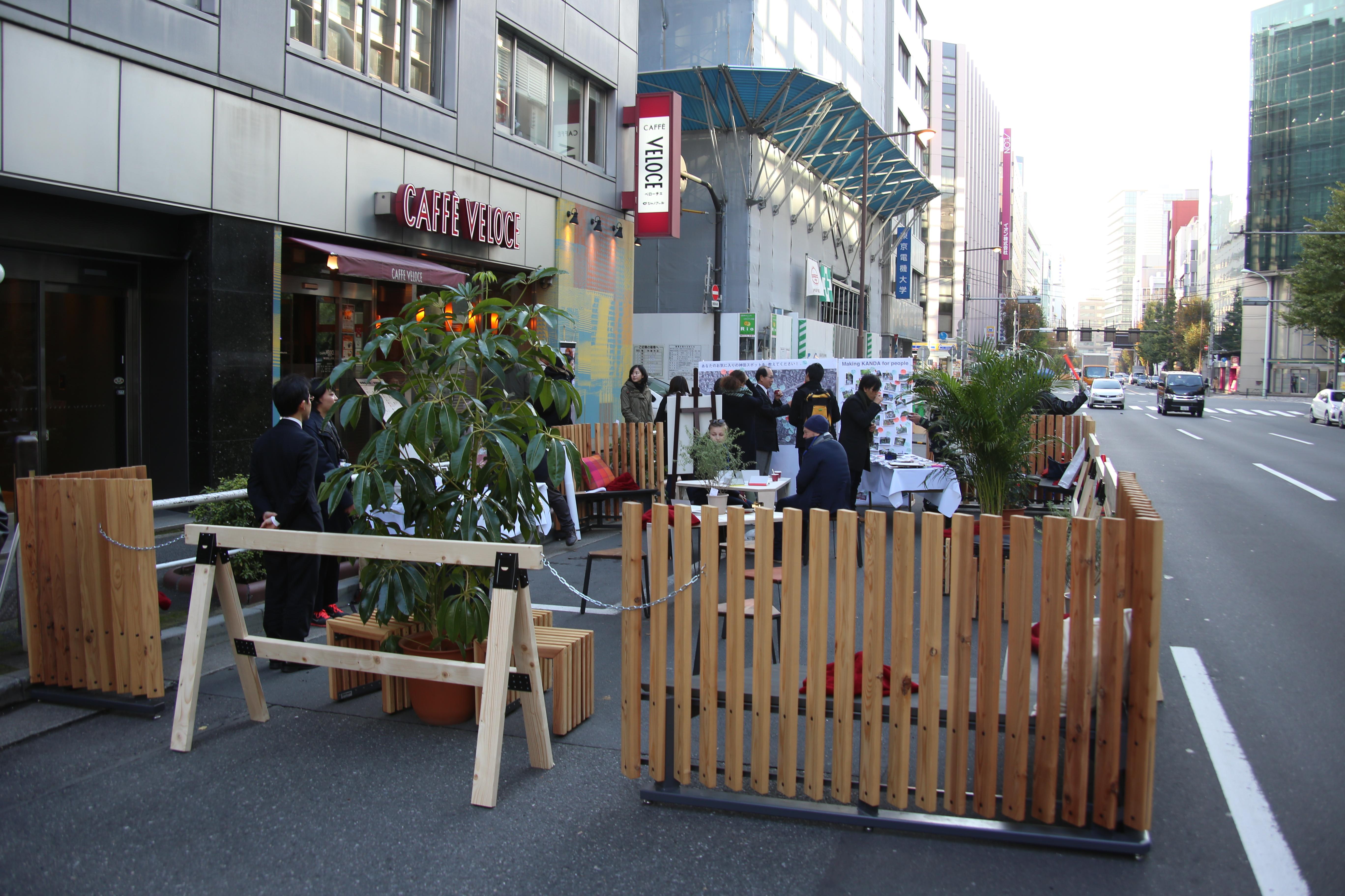 カフェの前に歩行者空間が展開する Photo By Takuya Wakabayashi